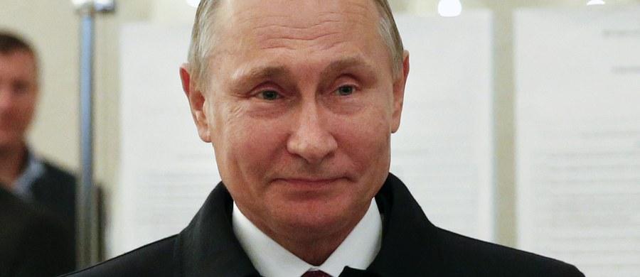 Proputinowska Jedna Rosja zdobyła 46,16 proc. głosów w niedzielnych wyborach do Dumy Państwowej - podała Centralna Komisja Wyborcza po przeliczeniu 11 proc. głosów. Na drugim miejscu jest Liberalno-Demokratyczna Partia Rosji Władimira Żyrinowskiego - 17,23 proc. Kierowana przez Giennadija Ziuganowa Komunistyczna Partia Federacji Rosyjskiej (KPRF) zdobyła 16,64 proc., a partia Sprawiedliwa Rosja, której liderem jest Siergiej Mironow - 6,49 proc. Tylko te ugrupowania przekroczyły pięcioprocentowy próg wyborczy.
