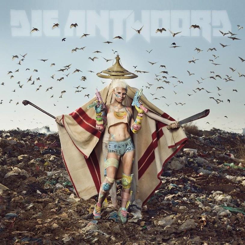 Pamiętacie Die Antwoord jako kontrowersyjną, tak przerażającą, jak i fascynującą ostoję szaleństwa? Wiedzcie, że to już melodia przeszłości. Na swoim najnowszym albumie południowoafrykański zespół wyraźnie daje znać o swoim zmęczeniu.