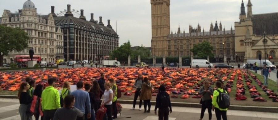 2.5 tys. kamizelek ratunkowych pojawiło się na skwerze przed brytyjskim parlamentem. Akcję zorganizowała organizacja charytatywna Snappin' Turtle z pomocą burmistrza Londynu. W siedzibie ONZ w Nowym Jorku odbywa się dziś sesja poświęcona kryzysowi związanemu z uchodźcami. Ma zobowiązać kraje członkowskie tej organizacji, do podjęcia działań mających na celu niesienie pomocy ludziom, którzy opuszczają regiony objęte konfliktem.