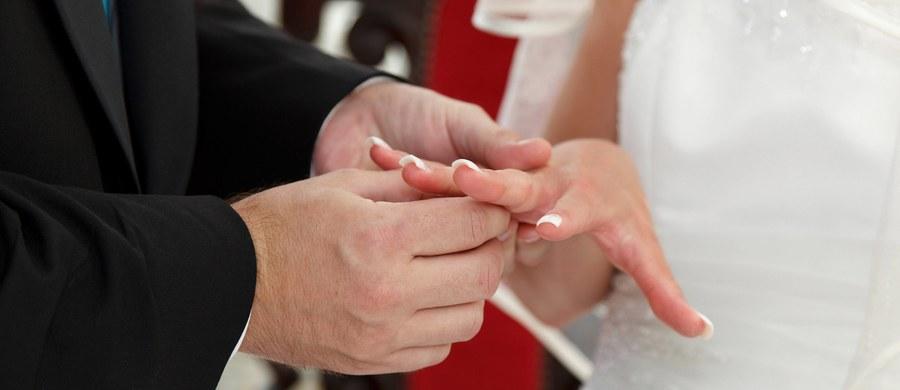 Prokuratura w Kalabrii na południu Włoch prowadzi postępowanie w sprawie ślubu krewnego bossa mafii w miejscowości Nicotera. Z relacji mediów wynika, że niemal całe miasteczko oddano do dyspozycji uczestników ceremonii, wśród nich dużej mafijnej rodziny.
