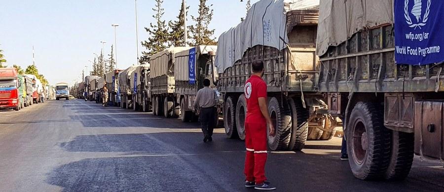 """Ciężarówki ONZ wiozące pomoc humanitarną dla prowincji Aleppo zostały ostrzelane z powietrza. W ataku, do którego doszło w poniedziałkowy wieczór w mieście Urm al-Kubra, zginęło 12 pracowników Czerwonego Krzyża i kierowców - takie informacje przekazało biuro wysłannika ONZ Staffana de Mistury. Według wysoko postawionego przedstawiciela Białego Domu, z którym rozmawiał Reuters, """"na razie nie jest jasne, czy konwój został zaatakowany przez lotnictwo rosyjskie, czy też rządowe siły Syrii""""."""