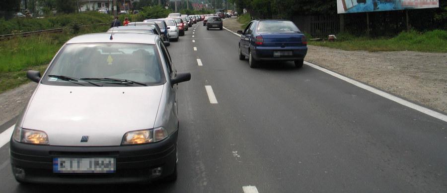To będzie bardzo trudny dzień dla małopolskich kierowców. Główna trasa łącząca Kraków z Zakopanem w środę zostanie zamknięta. Z powodu układania nowej warstwy ścieralnej, zakopianka nie będzie przejezdna w Krzeczowie. Już teraz na odcinku Lubień - Skomielna Biała trwa frezowanie nawierzchni, które skutecznie utrudnia życie kierowcom. Na prawie półtorakilometrowym odcinku wprowadzono ruch wahadłowy. Kierowcy przyznają, że w korkach można utknąć nawet na pół godziny.