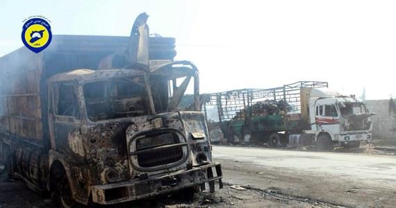 Po poniedziałkowym ataku na konwój koło Aleppo ONZ zawiesiła wszystkie konwoje z pomocą humanitarną dla Syrii, a Czerwony Krzyż - pomoc dla czterech miast do czasu, gdy jego pracownikom zostanie przywrócone bezpieczeństwo. W ataku zginęło ok. 20 osób.