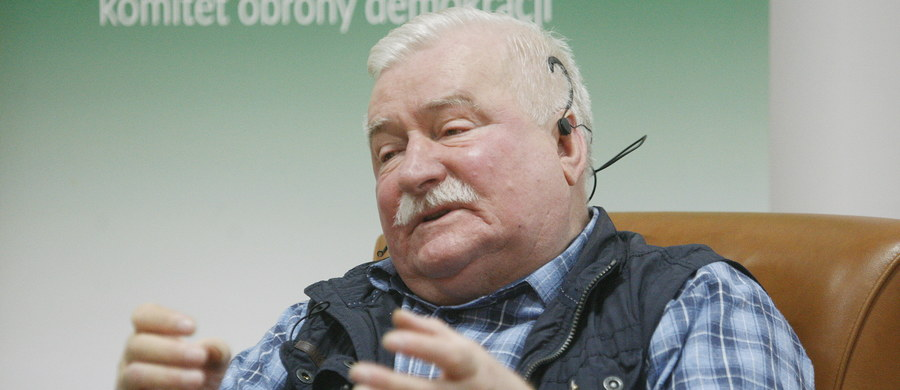 """Trzeba się porozumieć, by być przygotowanym do przejęcia władzy w przyszłości w Polsce po PiS - mówił pod adresem opozycji były prezydent Lech Wałęsa. Jego zdaniem to porozumienie jest """"możliwe i niezbędne"""". Były prezydent wziął we wtorek wieczorem w Białymstoku udział w debacie """"Porozmawiajmy o Polsce"""" zorganizowanej przez Komitet Obrony Demokracji i """"Gazetę Wyborczą"""". Spotkanie próbowała zakłócić na początku grupa młodych ludzi, którzy w pierwszych minutach przemówienia Wałęsy pokazali się w maskach na twarzach."""