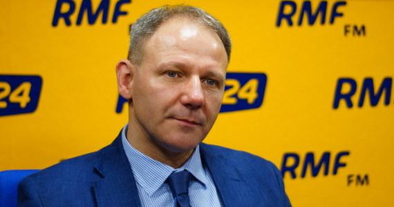 """Nowy kurs PO, który zapowiada Grzegorz Schetyna mi się nie podoba - mówi gość Porannej rozmowy w RMF FM, poseł niezrzeszony Jacek Protasiewicz. """"Uważam, że wartością i zaletą PO było to, że trzymała się bardzo mocno centrum, grając skrzydłami: prawicowym - Marek Biernacki i lewicowym - Dariusz Rosati"""" - dodaje polityk. Odpowiadając na pytanie, dokąd szef PO prowadzi Platformę, odpowiada: """"Tam, gdzie kapitan Schettino Costa Concordię""""."""