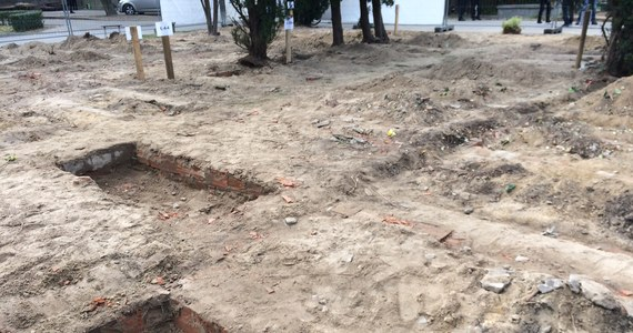Wiosną przyszłego roku powinny się zakończyć poszukiwania szczątków bohaterów podziemia antykomunistycznego na warszawskich Powązkach - zapowiada IPN. Archeolodzy i pracownicy IPN wrócili na miejsce ekshumacji w ostatni poniedziałek. Dziś pojawiła się informacja, że udało się odnaleźć drobne szczątki.