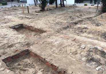 """Na warszawskiej Łączce znaleziono """"drobne szczątki"""". W poniedziałek po przerwie ruszyły ekshumacje"""