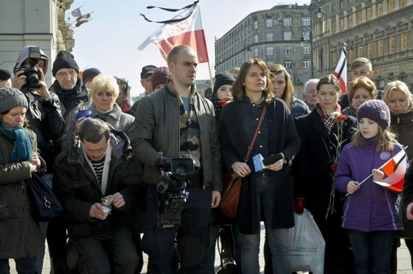 """Nie byliśmy zależni od nikogo, kto by nam coś próbował narzucać - powiedział w środę, 21 września, w Gdyni, odnosząc się do prac ekipy filmowej nad """"Smoleńskiem"""", reżyser Antoni Krauze. Mówiąc o Polakach, reżyser podkreślał, że """"dzieli nas nie katastrofa, tylko kłamstwo o tej katastrofie"""". """"Mam nadzieję, że wygra ta strona, która po prostu chce znać prawdę""""- stwierdził."""