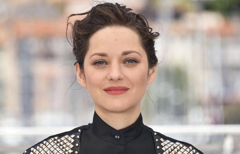 Marion Cotillard - podejrzewana przez niektóre media we Francji i za Oceanem o romans z Bradem Pittem, który miałby być bezpośrednią przyczyną jego rozwodu z Angeliną Jolie - zdementowała plotki. We wpisie na Instagramie francuska aktorka potwierdziła, że ona i jej mąż Guillaume Canet spodziewają się drugiego dziecka, a Jolie i Pittowi życzyła spokoju.
