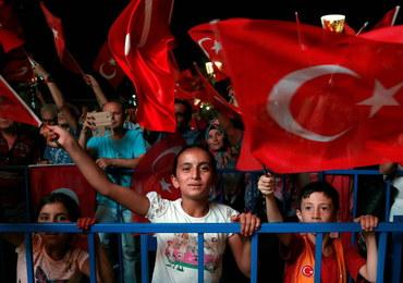 W Turcji zwolniono 785 urzędników za związki z Gulenem. Oskarżany jest o próbę zamachu stanu