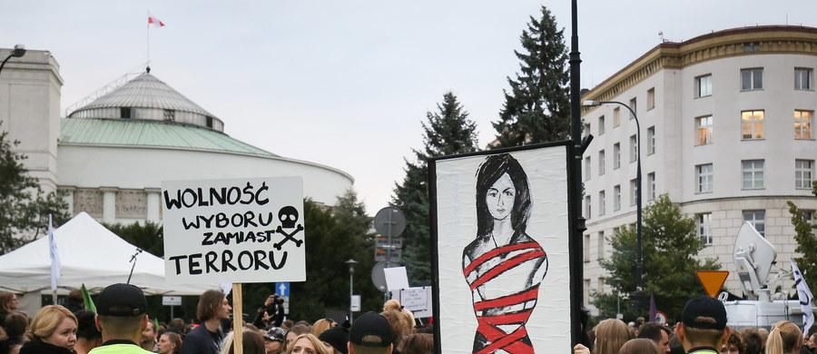 Wnioski o odrzucenie obu projektów dotyczących aborcji - zarówno zaostrzającego, jak i liberalizującego obowiązujące przepisy - zgłoszono podczas czwartkowej debaty w Sejmie. O ich losie posłowie rozstrzygną w piątek rano w głosowaniu.
