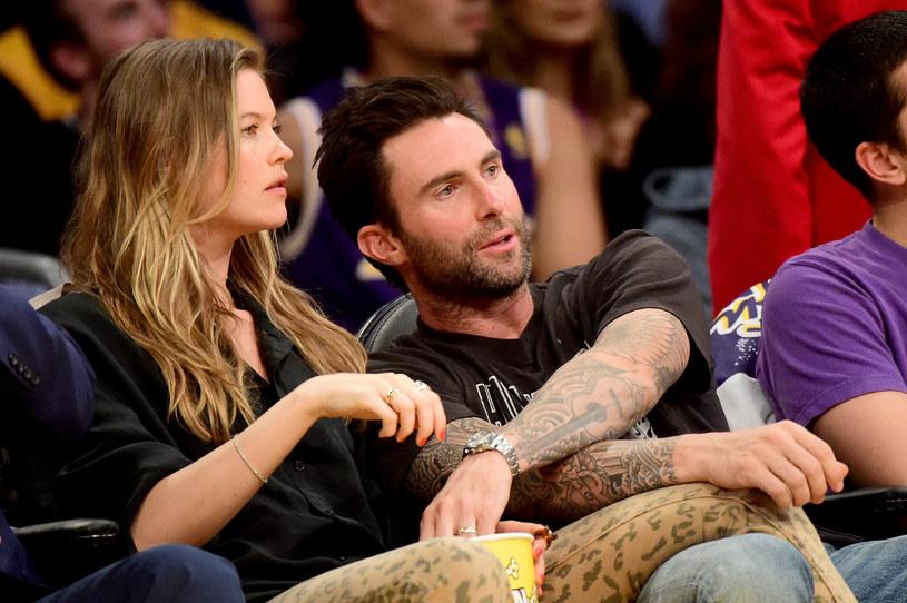 Według doniesień serwisu E! News Adam Levine z grupy Maroon 5 i jego żona Behati Prinsloo zostali rodzicami dziewczynki.