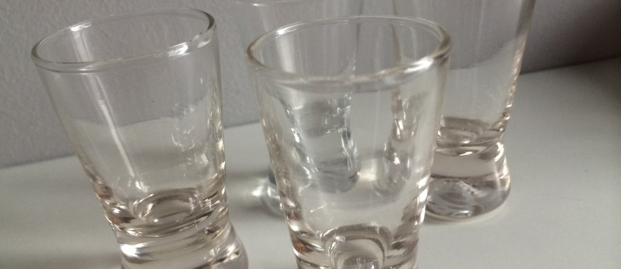 Ministerstwo Zdrowia przy pełnym poparciu Państwowej Agencji Rozwiązywania Problemów Alkoholowych postanowiło dokonać rewolucji na rynku mocnych trunków. Jak poinformowała Wirtualna Polska, planowany jest zakaz produkcji i sprzedaży tzw. małpek, czyli małych (50 i 100 mililitrów) opakowań mocnego alkoholu oraz znaczne podwyżki cen wódki w większych objętościach.