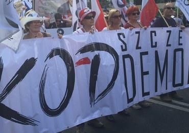 """Policja: 12 tys. osób na manifestacji KOD-u. Na transparentach: """"Zostawcie Trybunał"""""""