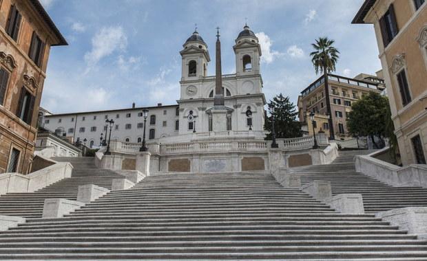 Siedmiu turystów, w tym dwoje z Polski, otrzymało kary za picie napojów na Schodach Hiszpańskich w Rzymie, gdzie po zakończonym właśnie remoncie w trosce o ten zabytek wprowadzono surowe zasady. Miejsce to jest skrupulatnie pilnowane przez policję i straż miejską.