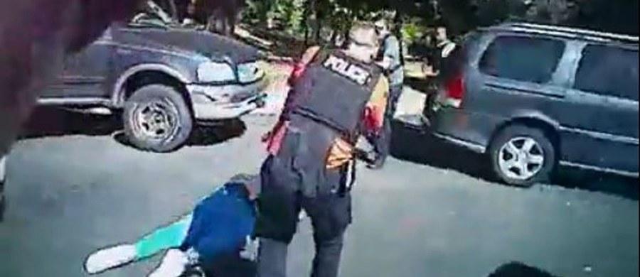 Policja ujawniła nagrania z akcji w Charlotte w Karolinie Północnej, w której zastrzelono czarnoskórego Keitha Lamonta Scotta. Upublicznienia zapisów z policyjnych kamer domagała się m.in. rodzina ofiary oraz protestujący mieszkańcy miasta.
