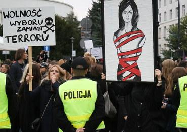 """""""Martwe nie będziemy rodzić"""". Czarne protesty przeciwko zaostrzaniu prawa aborcyjnego"""