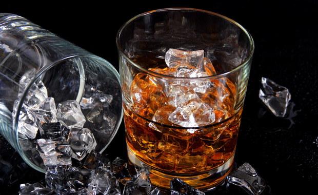 """""""Polska jest w czołówce krajów, gdzie import whisky rośnie najszybciej"""" – pisze """"Rzeczpospolita"""". """"W 2016 r. trafiło do nas według szacunków Scotch Whisky Association aż 11 mln 0,7-litrowych butelek tego trunku – o 20 proc. więcej niż rok wcześniej"""" - wylicza dziennik."""