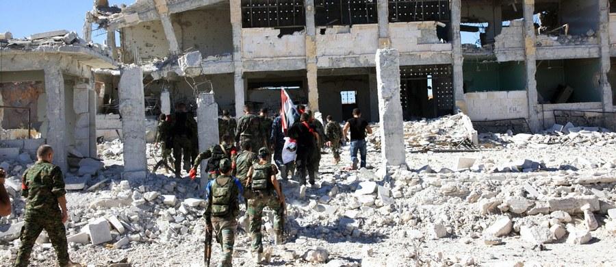 Siedemdziesiąt ciężarówek z pomocą humanitarną dotarło do czterech oblężonych miast w Syrii. To pierwsze konwoje, jakie przybyły tam od 6 miesięcy - poinformował Międzynarodowy Komitet Czerwonego Krzyża, który wznowił dostarczanie pomocy dla Syrii.