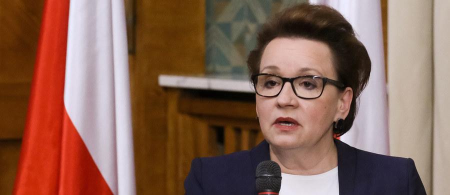 Prezentując w piątek 16.09. projekty nowych ustaw oświatowych minister edukacji Anna Zalewska stwierdziła, że system wprowadzony w 1999 r. nie sprawdził się, gdyż: gimnazja nie wyrównują szans edukacyjnych, powstały gimnazja lepsze i gorsze oraz gimnazja nie podnoszą jakości kształcenia (https://men.gov.pl/wp-content/uploads/2016/09/16.09.2016_prezentacja_konferencja_men_prawo-oswiatowe-2.pdf).