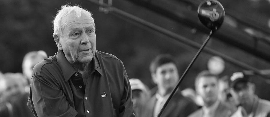 """W wieku 87 lat w Pittsburghu, w pobliżu rodzinnego Latrobe, zmarł Amerykanin Arnold Palmer, ikona golfa, nazywany """"Królem"""" - poinformowały miejscowe media. Legendarny zawodnik, uznawany za jednego z najlepszych golfistów w historii, sukcesy na zielonych polach zaczął odnosić w latach 50. Najgorętszy okres jego świetności przypadł na lata 1960-1963, kiedy to wygrał pięć turniejów Wielkiego Szlema i 29 PGA Tour. W trakcie całej kariery odniósł 95 zwycięstw, w tym siedem wielkoszlemowych."""