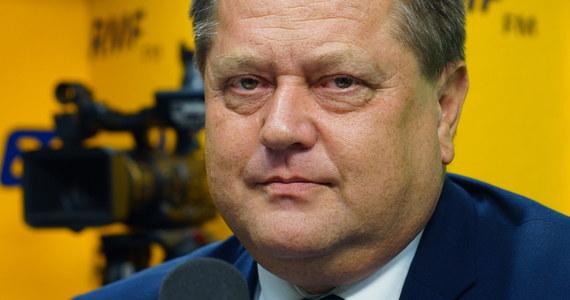 """""""Ja nie bankietowałem - pan prezes Kaczyński mobilizuje nas do bardziej wytężonej pracy, realizacji planu Prawa i Sprawiedliwości"""" - mówi w rozmowie z Marcinem Zaborskim wiceminister spraw wewnętrznych i administracji Jarosław Zieliński, odnosząc się do słów szefa PiS, który apelował do członków partii o zakończenie """"świętowania po wyborczym zwycięstwie"""". Pytany o wymianę wojewodów w regionach gość Popołudniowej rozmowy w RMF FM odpowiada: """"Na dziś nie ma żadnych dymisji. Konwent wojewodów? Data spotkania - lada moment"""". Odnosząc się do planowanej rekonstrukcji rządu wiceszef MSWiA podkreśla: """"Jestem gotowy do wykonywania zadań, które mi moje ugrupowanie wyznaczy, wyznaczyło""""... Stanowczo jednak zaprzecza: """"Nic mi nie wiadomo o tym, bym miał zostać wiceministrem MEN"""". Zieliński pytany o poniedziałkowy incydent z dronem, który krążył nad rządowymi budynkami w centrum Warszawy odpowiada: """"Trzeba tę sprawę zostawić prokuraturze""""."""