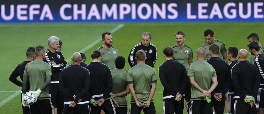 Nowy trener piłkarzy Legii Warszawa Jacek Magiera przyznał, że mistrz Polski przystępuje z dobrym nastawieniem do wtorkowego meczu ze Sportingiem w Lizbonie w drugiej kolejce Ligi Mistrzów. Dodał, że nie zastał w szatni drużyny chaosu.
