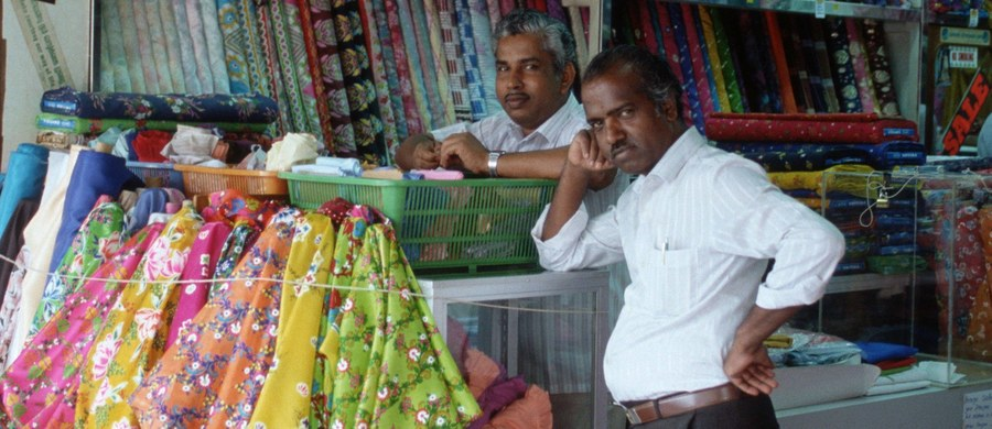 """Holenderskie firmy odzieżowe, szyjące ubrania pod znanymi markami w fabrykach w południowych Indiach, płacą pracownikom """"głodowe pensje"""". Niektórzy z nich zmuszeni są do wyniszczającego zadłużania się - głosi opublikowany we wtorek raport. Jak pisze agencja Reutera, dokument powstał w ramach inicjatywy """"Doing Dutch"""", a jego współautorami są cztery organizacje non profit: Clean Clothes Campaign, India Committee of the Netherlands, Asia Floor Wage Alliance oraz Cividep India."""