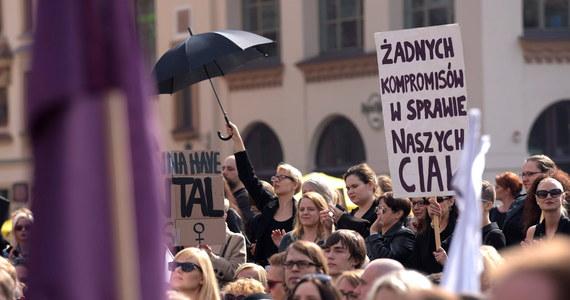 Doprowadzenie od referendum w sprawie przepisów dotyczących aborcji, to cel zawiązanego w czwartek z udziałem m.in. SLD, Unii Pracy, PPS oraz stowarzyszenia Dom Wszystkich Polska komitetu referendalnego - poinformowała rzeczniczka SLD Anna-Maria Żukowska.