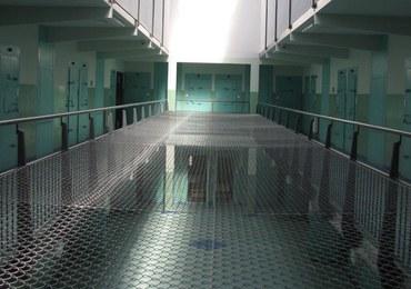 Strażnik więzienny z Poznania brał pieniądze od więźniów. W zamian pożyczał im telefon
