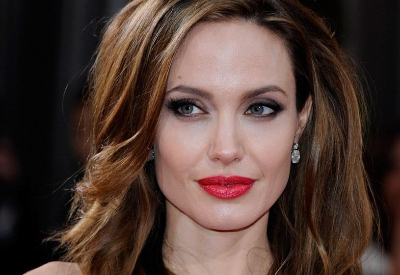 """Dokument """"Prawdziwa historia Angeliny Jolie"""" opowiada o życiu jednej z najbardziej rozpoznawalnych kobiet na całym świecie. Emisja już 30 września wieczorem w TVN Style."""