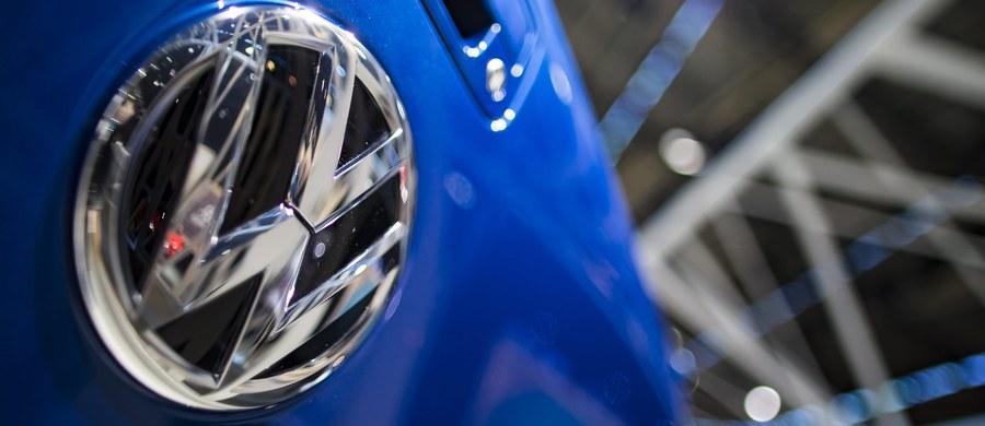 Volkswagen wypłaci swym dilerom w Stanach Zjednoczonych ponad 1,2 mld dolarów za straty spowodowane tzw. aferą spalinową. Jak poinformował niemiecki koncern, porozumienie, które osiągnął z amerykańskimi dilerami już sierpniu, zostało przekazane sądowi w San Francisco do zatwierdzenia.