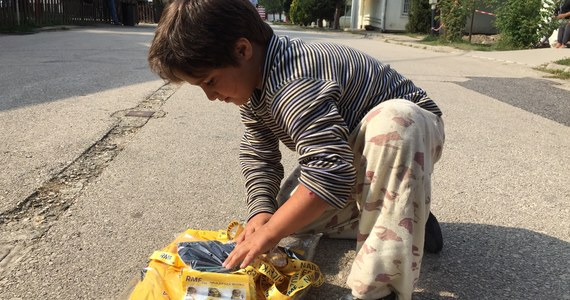 Nser ma siedem lub osiem lat i pochodzi z Syrii, ale gdy się pyta go o dom, to wskazuje na obóz dla imigrantów w węgierskim Biscke. To tu mały chłopiec zatrzymał się wraz z rodzicami.