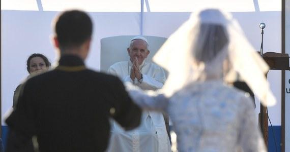 """Papież Franciszek powiedział w stolicy Gruzji, Tbilisi, że """"trwa wojna światowa"""", której celem jest """"zniszczenie małżeństwa"""". """"Jest wielki wróg małżeństwa dzisiaj: to teoria gender. Niszczy się je nie za pomocą broni, ale idei; niszczą je kolonizacje ideologiczne"""" - powiedział papież podczas spotkania z katolickim duchowieństwem."""