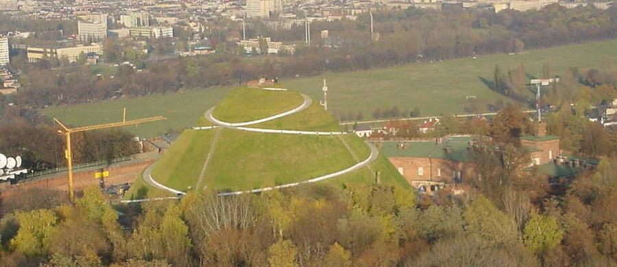 Szymon Kulka triumfował w niedzielnym Biegu Trzech Kopców w Krakowie. To jedyny górski bieg, którego trasa prowadzi przez centrum miasta.