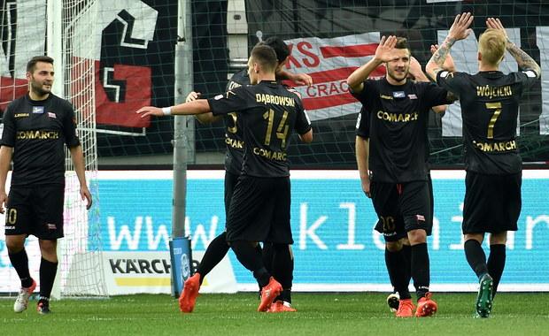 """Piłkarze Cracovii pokonali na własnym stadionie Koronę Kielce 6:0. Poprzednio """"Pasy"""" ostatni raz zwyciężyły w lidze 5 sierpnia. Wówczas na swoim stadionie okazały się lepsze od Wisły Kraków (2:1). Potem rozegrały sześć spotkań, w których nie zdołały wygrać. """"Najlepszym komentarzem byłoby milczenie. Muszę jednak podziękować kibicom za wspaniały doping. Nie daliśmy im tego, czego oczekiwali, ale dziękuje jeszcze raz za wsparcie"""" - powiedział po meczu Tomasz Wilman, trener Korony Kielce."""