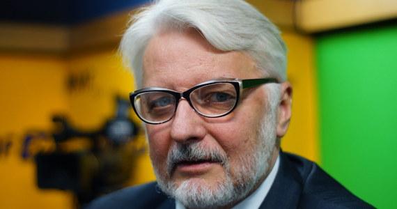 """W środę w Parlamencie Europejskiej odbędzie się debata o sytuacji kobiet w Polsce. """"To kolejny krok do kompromitacji PE"""" – mówił w Porannej rozmowie w RMF FM minister spraw zagranicznych Witold Waszczykowski. Jego zdaniem, """"nie ma takiego problemu, żeby prawa kobiet w Polsce były naruszane"""". O poniedziałkowym """"czarnym proteście"""" kobiet w sprawie zaostrzenia ustawy aborcyjnej powiedział: """"Niech się bawią"""". Szef polskiej dyplomacji nawiązał też do niskiej frekwencji w referendum na Węgrzech ws. uchodźców. """"Taka jest natura demokracji"""" – skomentował węgierską frekwencję na poziomie 40 proc. Zaznaczył przy tym, że """"gdyby referendum na Węgrzech odbyło się rok temu, do urn poszłoby więcej osób""""."""