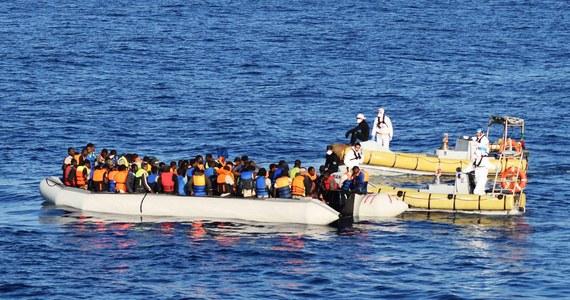 Ponad 2350 migrantów na łodziach i pontonach uratowały włoskie służby na Morzu Śródziemnym. Po kilku dniach złych warunków pogodowych na morzu ruszyła kolejna fala migracyjna w kierunku wybrzeży Włoch - podkreślają media.