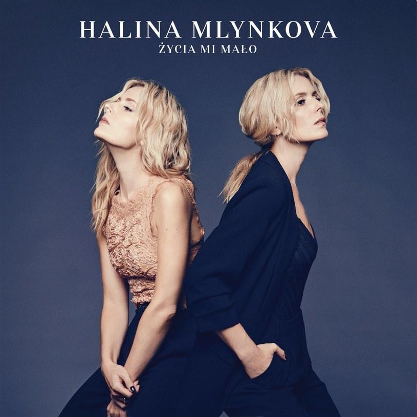 """Chciałoby się powiedzieć """"Do trzech razy sztuka"""". Kilka lat zajęły Halinie Mlynkovej poszukiwania dobrego dla siebie brzmienia i stylistyki. Po niezbyt zadowalającej """"Etnotece"""" i dość pastelowym w wyrazie """"Po drugiej stronie lustra"""", Halina wraca dojrzała, otwarta, wręcz odważna. Choć promujący najnowszy album Mlynkovej singel """"Kawa"""" na to nie wskazuje, to """"Życia Mi Mało"""" jest ambitne i złożone, a kilka utworów przykuje uwagę nawet bardziej wymagającego słuchacza."""