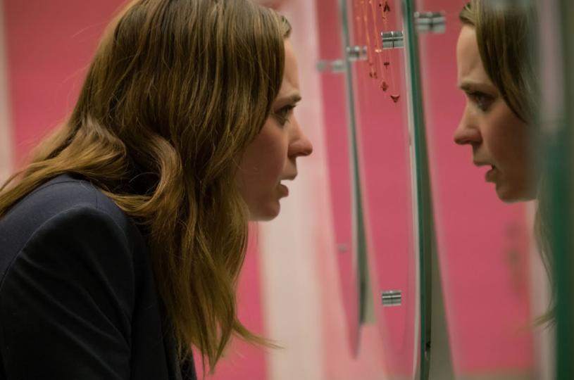 """Tak jak """"Okno na podwórze"""" Alfreda Hitchcocka, film Tate'a Taylora """"Dziewczyna z pociągu"""" jest kryminałem, w którym ciekawość staje się pierwszym krokiem do świata zbrodni."""