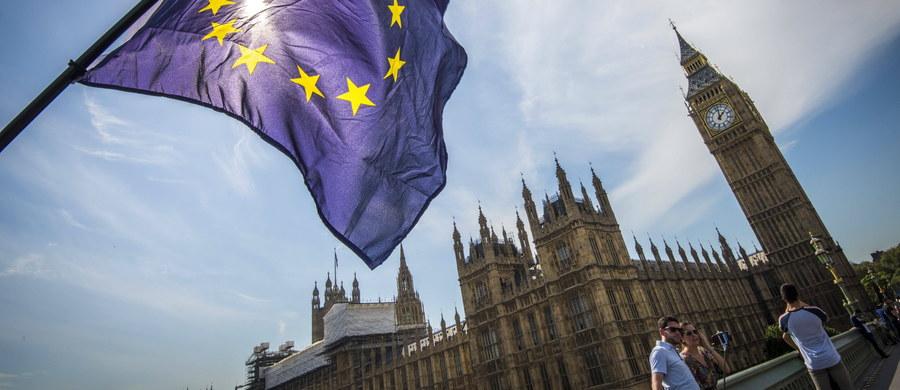 Sąd w Belfaście rozpoczyna dziś rozpatrywanie skargi północnoirlandzkich polityków przeciwko planom uruchomienia procedury Brexitu przez rząd w Londynie, z pominięciem parlamentu. To początek szeregu podobnych do siebie rozpraw, które mają zbadać konstytucyjne implikacje wyniku czerwcowego referendum w sprawie członkostwa Wielkiej Brytanii w Unii Europejskiej.
