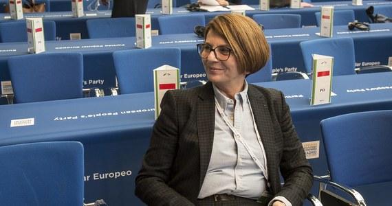 W czwartek zawieszenie w prawach członka PO, a za trzy miesiące wykluczenie z partii - taki los czeka prawdopodobnie Julię Piterę, jeśli nie wykona dwóch ciążących na niej prawomocnych wyroków sądowych. Od ponad tygodnia, kiedy upłynął termin wyznaczony przez Grzegorza Schetynę, europarlamentarzystka była nieuchwytna.