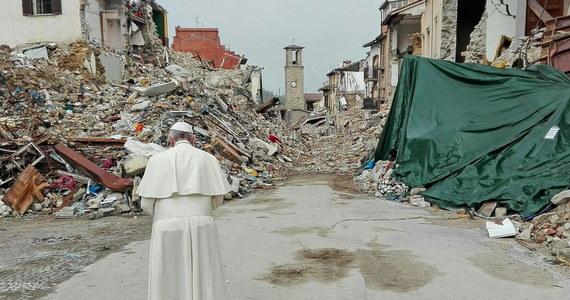 Papież Franciszek odwiedził miasteczka w trzech regionach środkowych Włoch, zniszczone w rezultacie trzęsienia ziemi w sierpniu. Wizytę rozpoczął od miejscowości Amatrice, gdzie zginęła większość z 297 ofiar kataklizmu.
