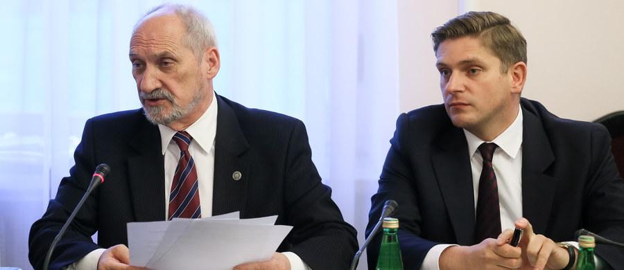 Zmiany dokonane w zarządach i radach spółek Polskiej Grupy Zbrojeniowej były niewielkie i przyniosły pozytywne efekty - stwierdził szef MON Antoni Macierewicz na posiedzeniu sejmowej komisji obrony. Minister zarzucił rządom PO, że dopuściły do nadużyć i nieprawidłowości w państwowej zbrojeniówce