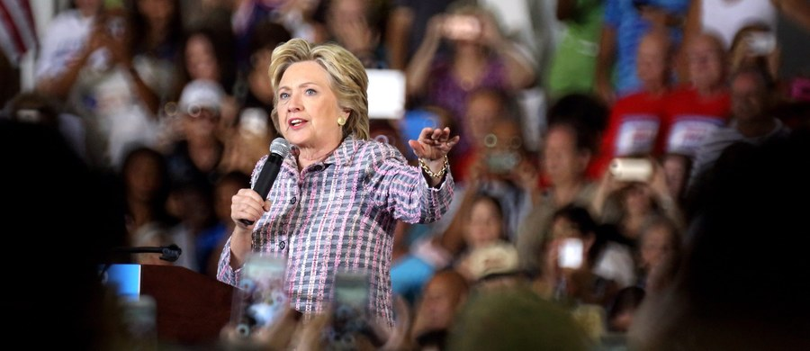 """Hillary Clinton ponownie zaatakowała Donalda Trumpa jako biznesmana, który myśli wyłącznie o własnych interesach, i obiecała, że jako prezydent podniesie podatki od bogaczy takich jak jej rywal. """"Donald Trump chciał załamania rynku mieszkaniowego, bo liczył, że zarobi na kryzysie. To jest przecież człowiek, który nie płacił żadnych podatków przez 18 lat"""" - mówiła kandydatka demokratów na spotkaniu z wyborcami w Harrisburgu w Pensylwanii."""