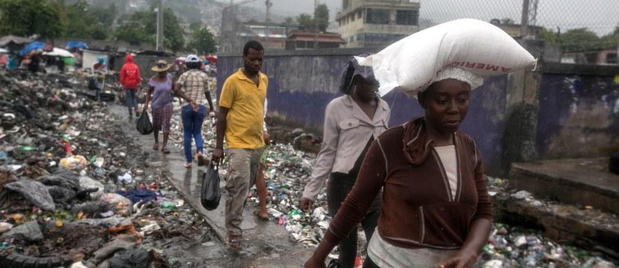 Na Haiti zabił już pięć osób, na Dominikanie cztery - Matthew, najpotężniejszy na Karaibach huragan od prawie dekady. Spustoszył miasta, zmusił też setki tysięcy ludzi do szukania schronienia. W nocy z wtorku na środę dotarł na Kubę. Huragan osiągnął czwartą kategorię w pięciostopniowej skali Saffira-Simpsona.
