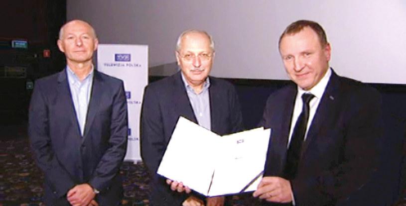 """Podczas specjalnego pokazu """"Wołynia"""" we wtorek 4 października br. producenci filmu odebrali z rąk Jacka Kurskiego nagrodę prezesa Telewizji Polskiej, przyznaną w ramach niedawno zakończonego Festiwalu Filmowego w Gdyni."""