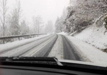 Śnieg na drogach. Trudne warunki na Podhalu