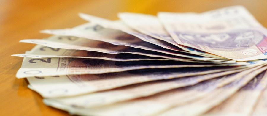 Dziewięć osób zajmujących się wyłudzeniami podatku akcyzowego, podatku VAT i opłaty paliwowej usłyszało zarzuty działania w zorganizowanej grupie przestępczej. Skarb Państwa miał stracić z tego powodu co najmniej 35 mln zł.