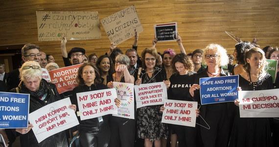 """Unia Europejska nie może ingerować w politykę krajów UE dotyczącą aborcji i opieki zdrowotnej - podkreśliła unijna komisarz sprawiedliwości Vera Jourova podczas debaty PE na temat praw kobiet w Polsce. Podkreśliła jednak: """"Projekt zaostrzenia polskiej ustawy o aborcji jest projektem przeciwko godności ludzkiej i wolności kobiet do decydowania o swoim ciele i życiu"""". Dyskusja na wywołujący wiele emocji temat trwała kilka godzin. Debacie przysłuchiwało się kilkadziesiąt ubranych na czarno polskich aktywistek, które organizowały protesty przeciwko zaostrzenia prawa aborcyjnego w Polsce. Niektóre z nich krzyczały przed rozpoczęciem debaty: """"Wspierajcie polskie kobiety"""". """"Dyskusja europarlamentu na temat praw kobiet w Polsce jest bezprzedmiotowa, bo dotyczy ustawy, której nie ma, i spraw, w których UE nie ma kompetencji"""" - mówiła z kolei w trakcie debaty europoseł PiS Jadwiga Wiśniewska."""